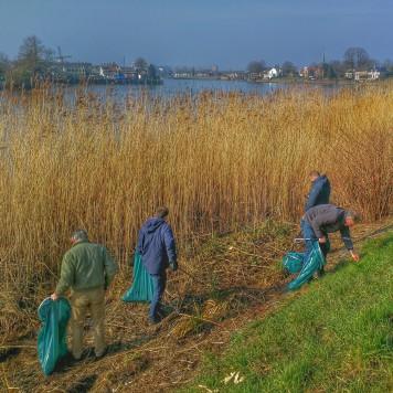 Zwerfvuil ruimen langs de Hollandse IJssel in het kader van NLdoet